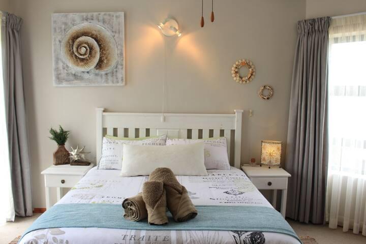 Shell Room @ Sun Catcher B&B (Oceanfront Getaway)