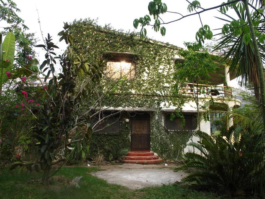 la fachada de la casa hacia el jardín