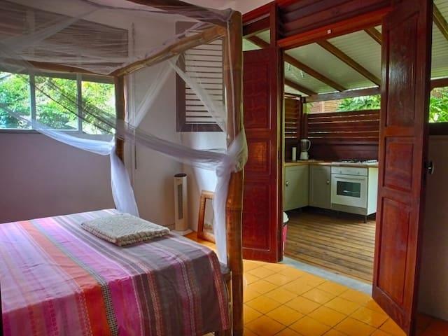 La chambre et la cuisine extérieure