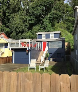 RED DOOR HOUSE ON ALKI - Seattle