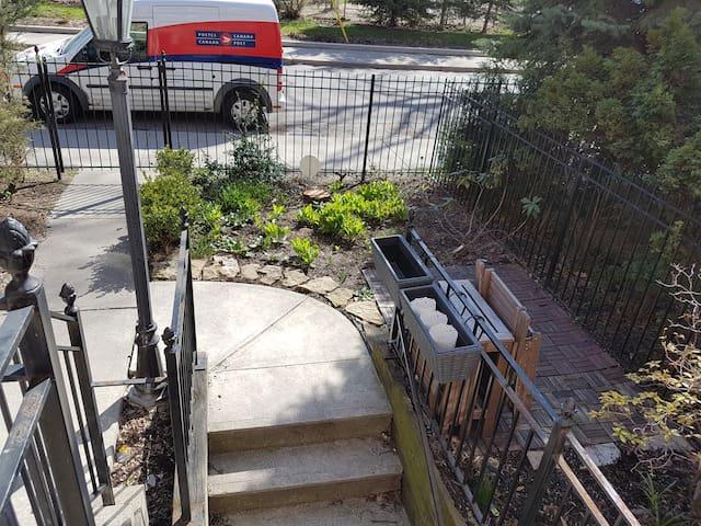 Downtown basement appartment for long term.