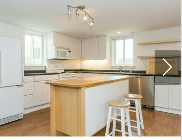 NEW, bright 1800 sq ft 3 bdm bm apt with many beds - 馬克漢姆(Markham) - 公寓