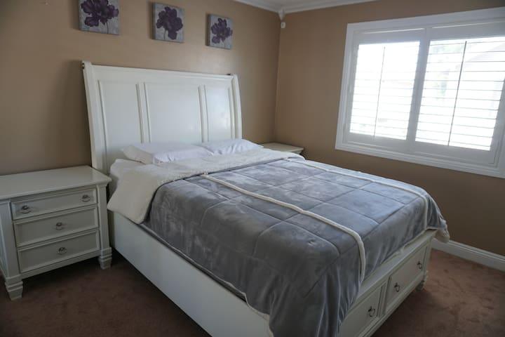 Clean, Quiet room in LA!