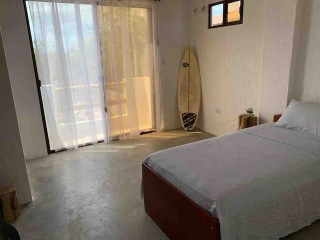 Cuarto 3, ubicado en planta alta. Con cama con auxiliar. Hermosa vista con balcón. Closet abierto playero. Baño independiente. Aire acondicionado