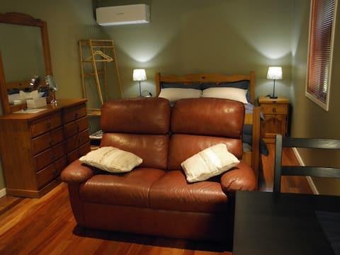 Comfy , Quiet and convenient. Gregg's on Birdwood.