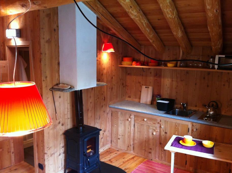 l'angolo con cucina in legno e pietra