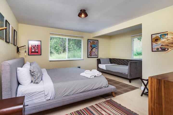 Saddle House Master Bedroom w/King Bed & Single Twin Day Bed