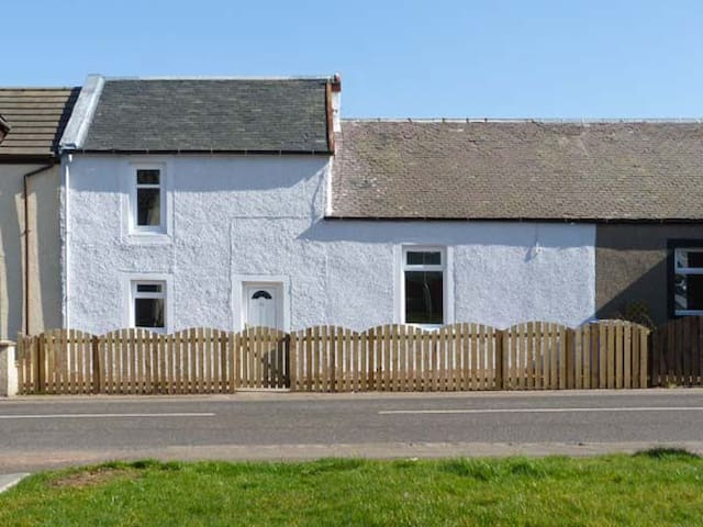 SKY BLUE COTTAGE, pet friendly, with a garden in Braehead, Ref 11265
