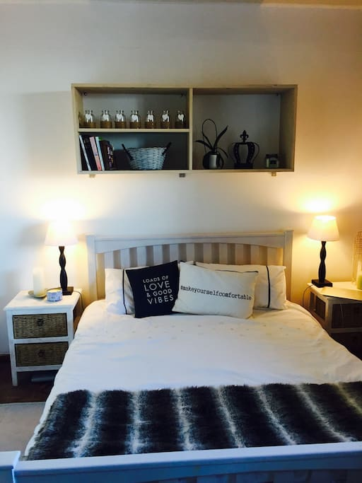 Bedroom with Queen size bed and overlooking Cape Town City