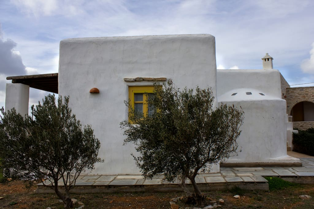 Villa Mela has been built with respect ot the traditional architecture of the Cyclades