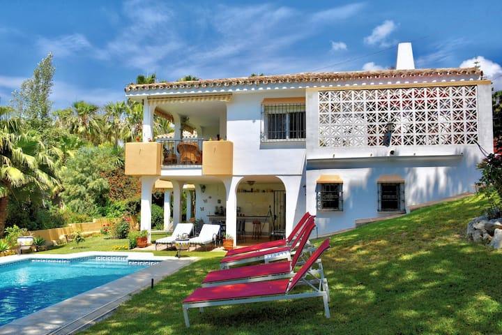 Villa moderna a Elviria con piscina