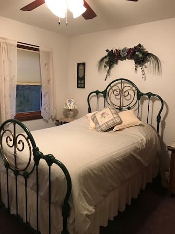 Comfy bedroom in quiet location near Niagara Falls