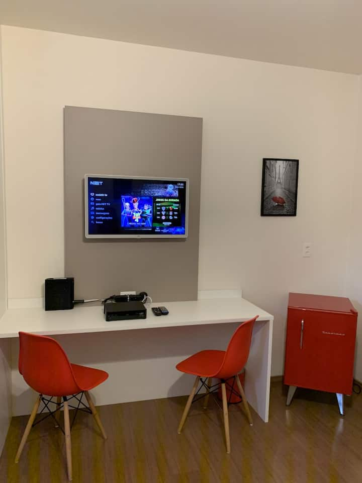 Studio a 350 m da USP. Smart Tv, internet 120 MB.