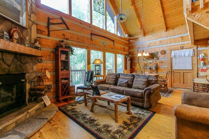 Secluded Dream Cabin Next to Parkway /w Hot Tub!