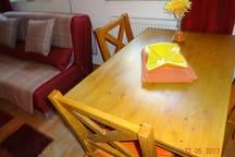 Ess-/Arbeitstisch mit 4 Stühlen