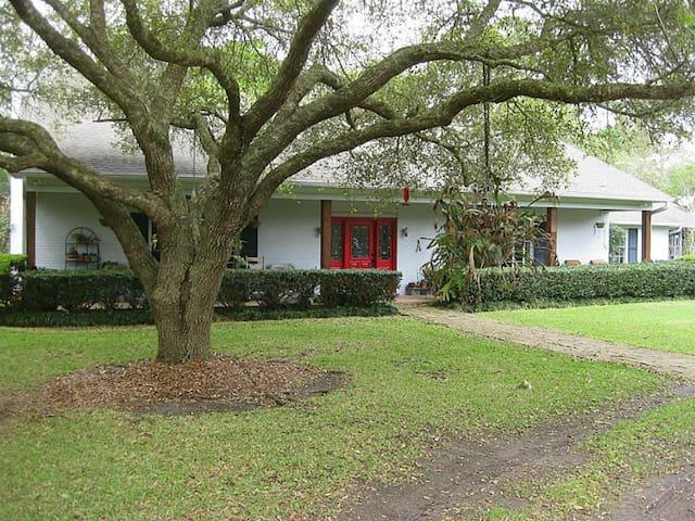 Wooded Retreat near Houston and Galveston - Dickinson - Hus