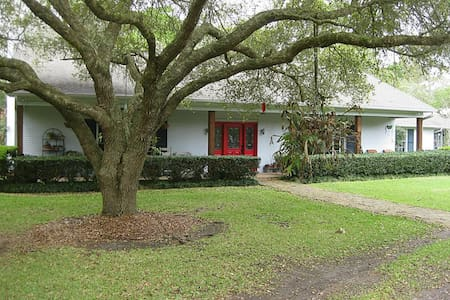 Wooded Retreat near Houston and Galveston - Dickinson - Talo