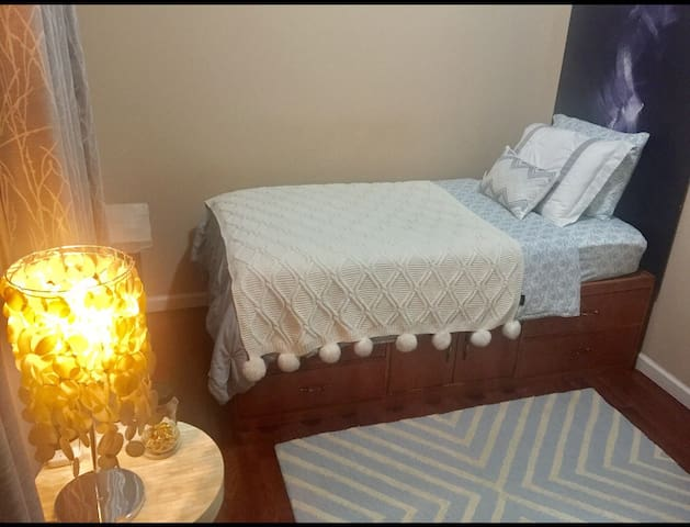 Cozy Room in Family Home Near LGA - East Elmhurst (Queens) - Huis