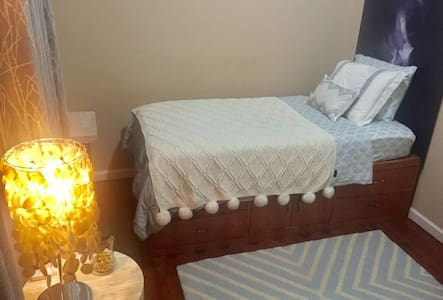 Cozy Room in Family Home Near LGA - East Elmhurst (Queens)