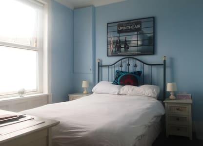 Blue Room. Double, en-suite shower - 布罗德斯泰(Broadstairs) - 独立屋