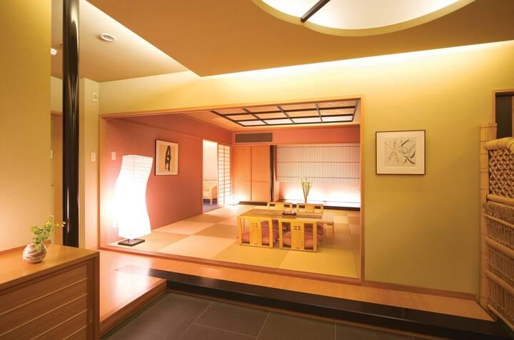 絶景の鳴門海峡を望む部屋は、広々とした和室のスイートルーム。海を見ながら入れるお風呂も最高です。