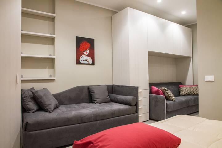Bedroom: king size bed, sofa bed, wardrobe, air conditioning, interior details, central heating. Camera da letto: letto matrimoniale, divano letto, guardaroba, aria condizionata (A/C) , dettagli interni, riscaldamento.