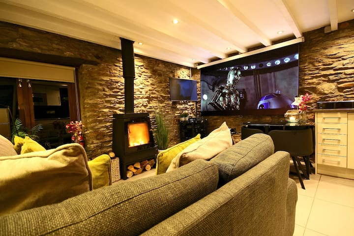 Luxury Self Catering Fishing Lodge with Hot Tub - Plymouth