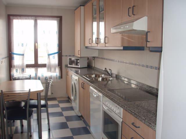 Acogedor piso de tres habitaciones cerca de HUCA