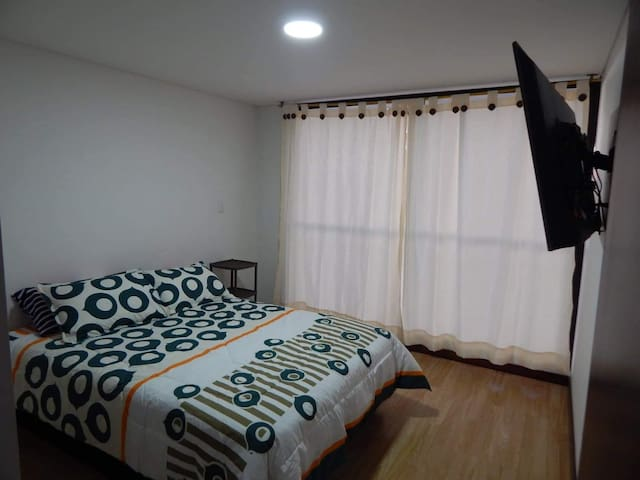 """Habitación principal con vestier y TV de 50"""""""