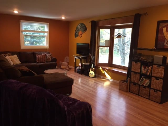 Centrally located and 10 min. from downtown! - Madison - House