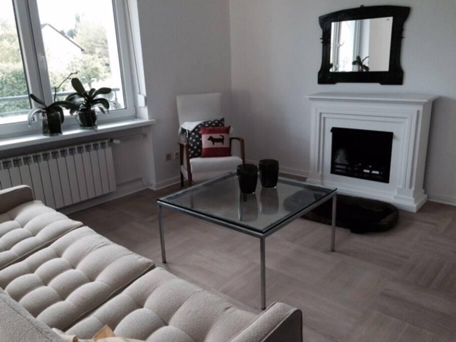 Wohnzimmer mit Deko-Kamin