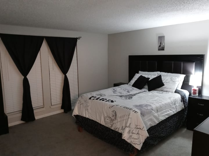Amazing room in a luxury apartment at Las Colinas.
