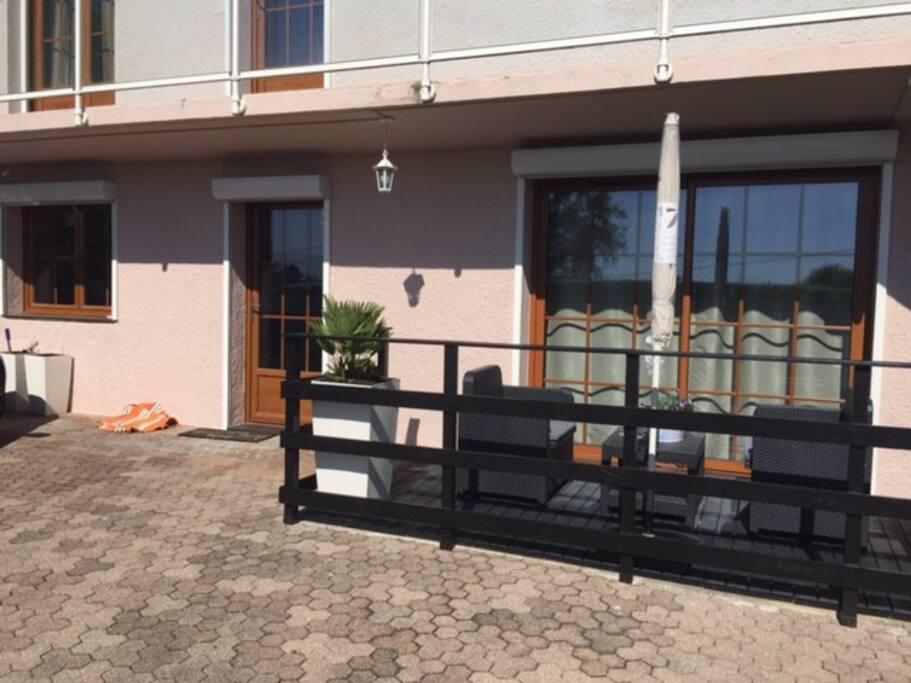 Terrasse et entrée donnant directement dans le séjour / cuisine