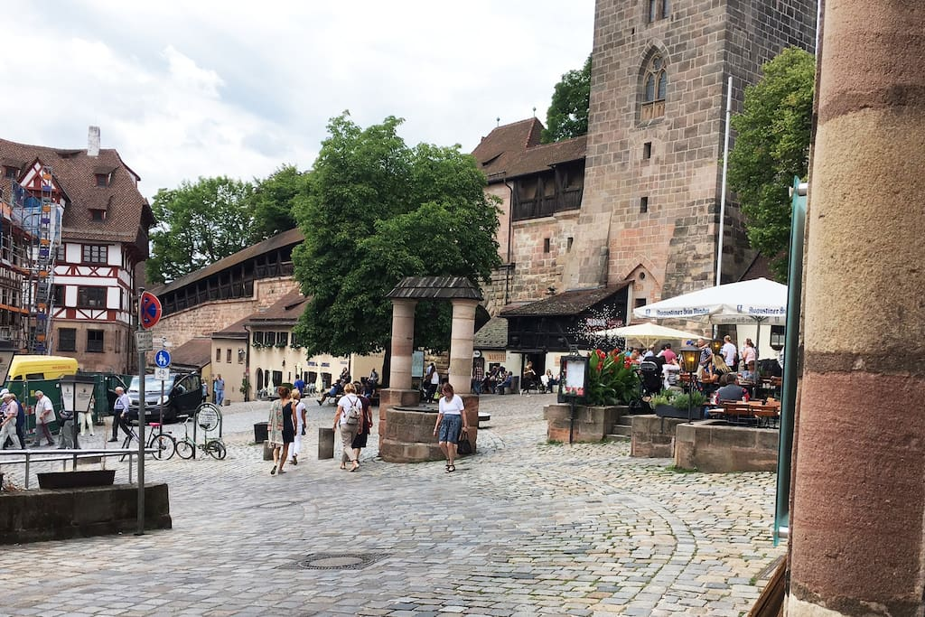 """30 meters to Dürers House, City-Wall and the castle: The """"Tiergärtnertorplatz"""" - Meeting Point of young folks and all visitors!"""
