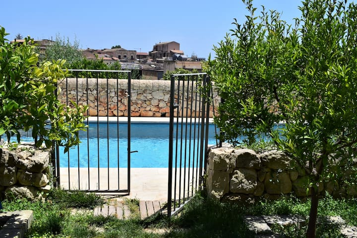B & B with swimming pool. olive room