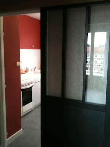 Chambre indépendante avec draps et serviettes. - Besançon - Apartamento