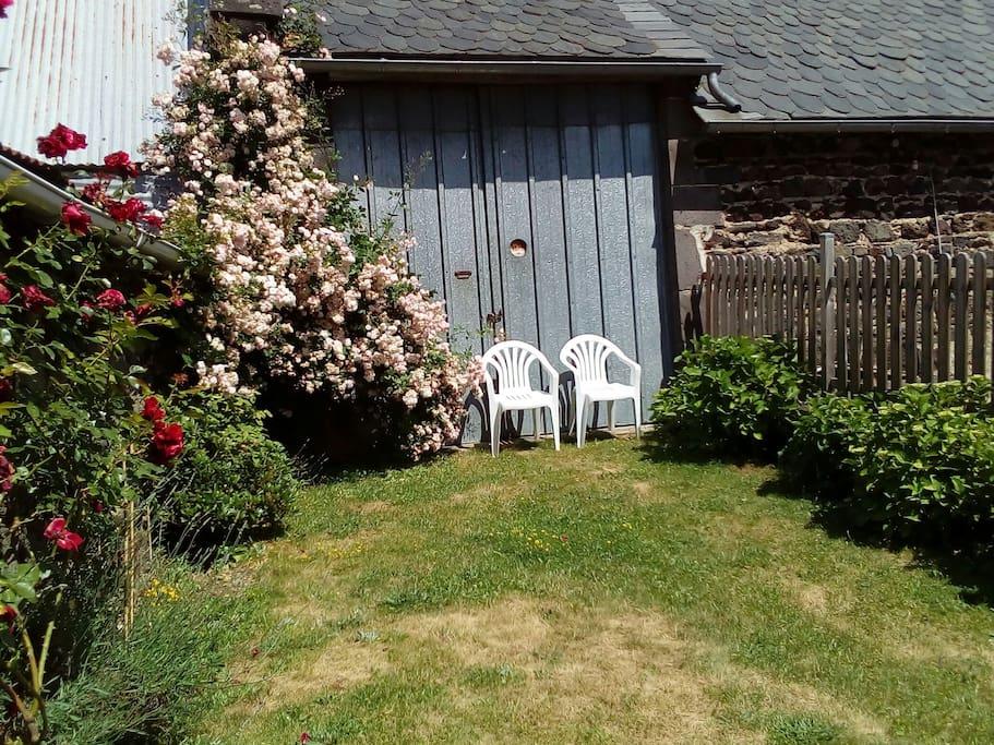 Jardin, grange et écurie en face de la maison