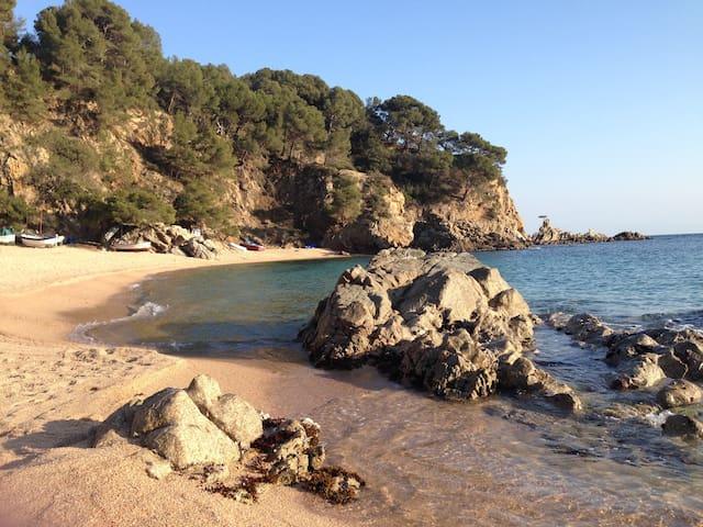 5 min. walk beach at Costa Brava Private bathroom