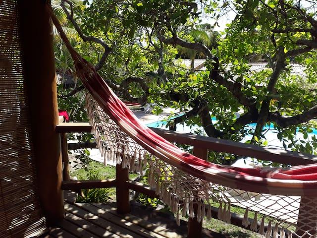 Suite com varanda, 80 mts da praia.