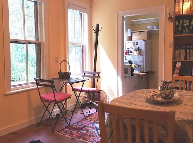 Lovely, convenient 4-bd suite w/kitchen nr d/t GB
