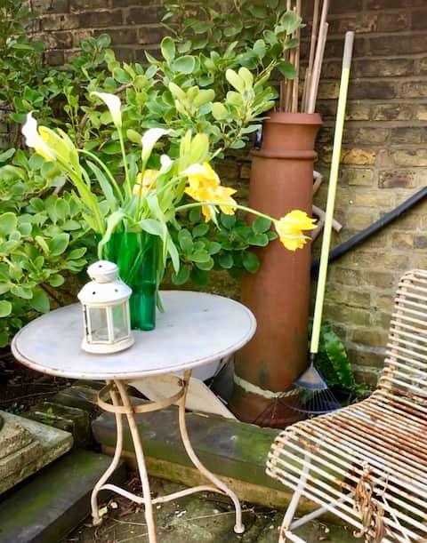 Barnes studio in wall garden with private access