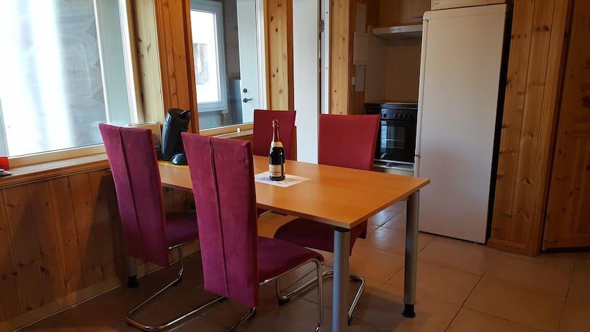 Esstisch für bis zu 6 Personen, Senseo Kaffeemaschine und Toaster
