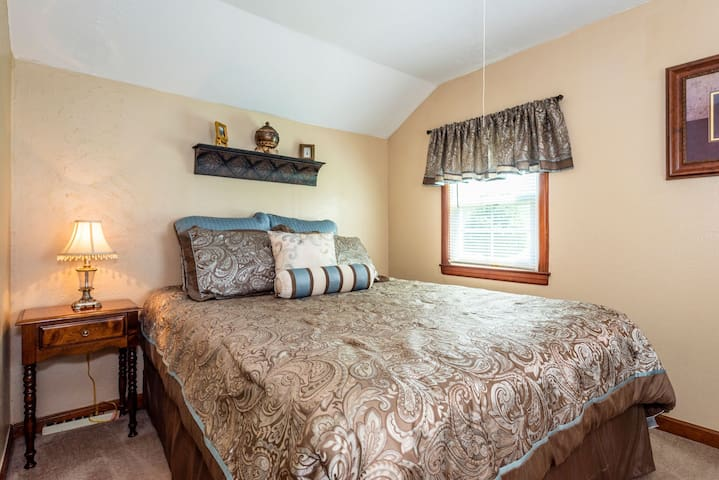 Come  and watch the moon rise from the comfort of your luxurious queen size bed.