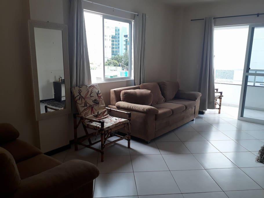 Ampla sala de estar com dois sofás, raque e uma televisão de 32. (Raque e sofá não aparecem na foto)