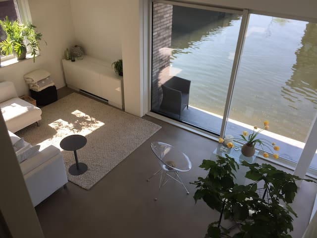 Watervilla, prive parkeerplek, light and space.