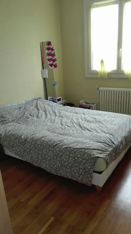 Chambre dans logement habité par la propriétaire