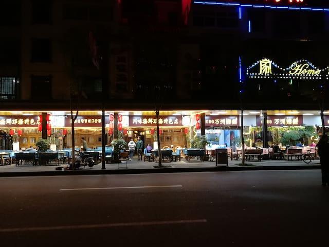 不远处的美食街,你能在这里尝到西昌有名的来自邛海的醉虾,一鱼三吃,凉拌鲫鱼,彝族坨坨肉,酸菜汤……