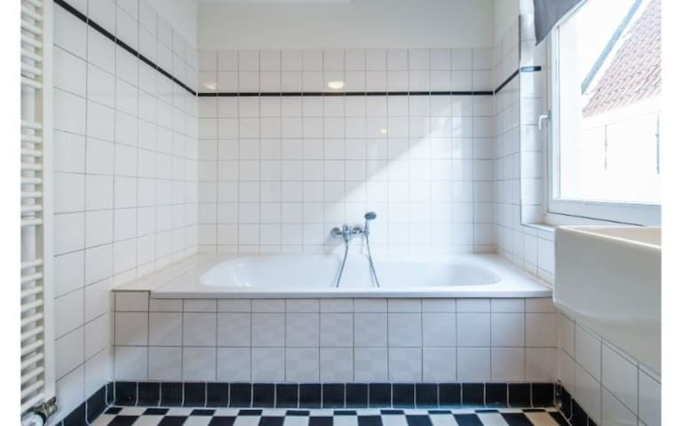 2 Bedroom 6 person family Apartment in the heart of Amsterdam, close to Centraal Station
