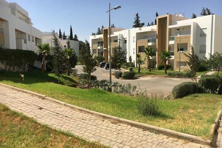 appartement au calme avec terrasse et piscine - Fès - Huoneisto