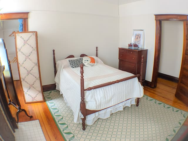 Comfortable room in charming Northside